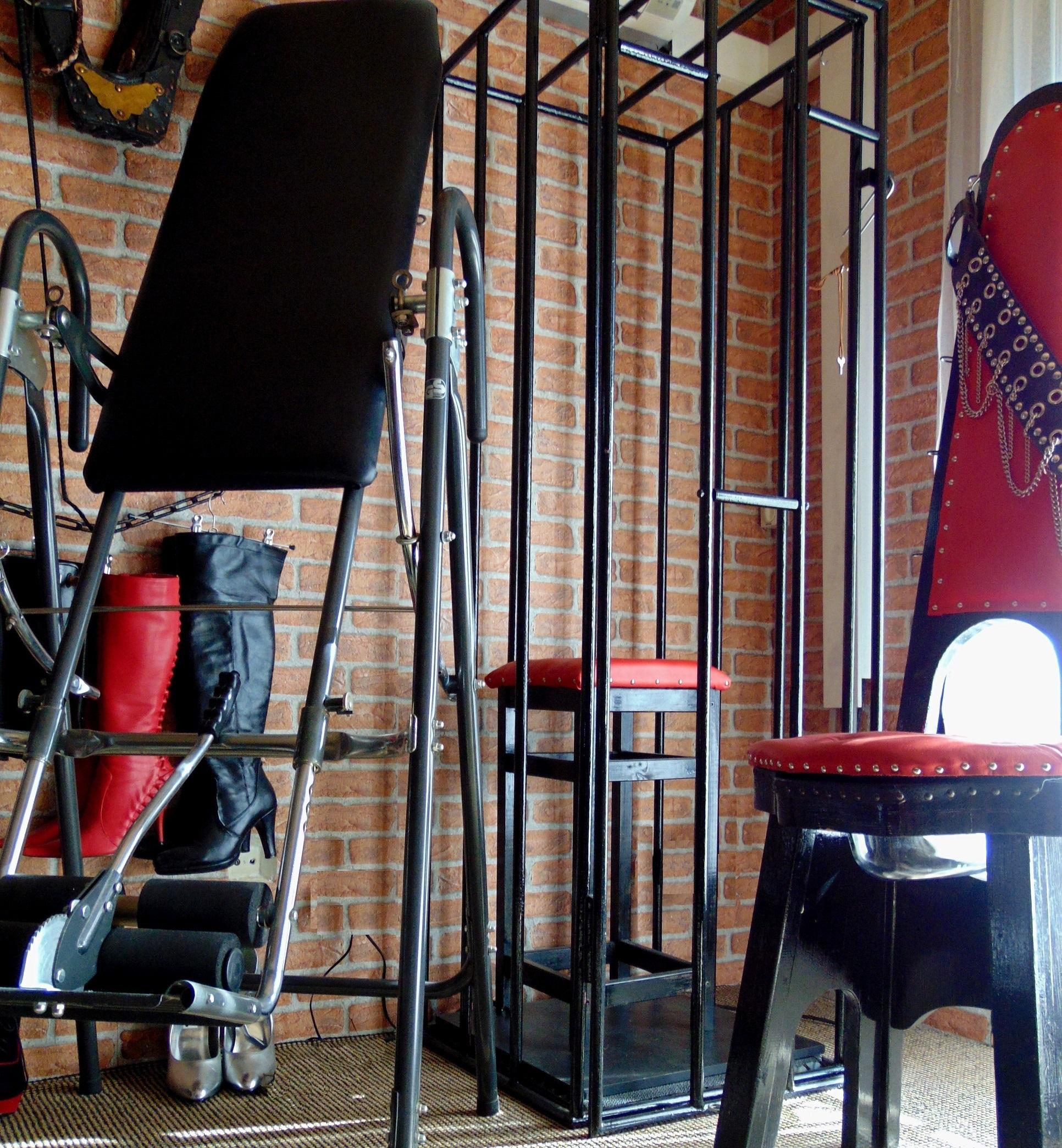 Mittig ein Stehkäfig und daneben die Streckbank links und ein Sesselpranger
