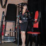 Domina Linda Dorn in schwarzer Uniform mit Gerte